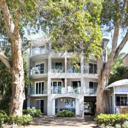 Coral Horizons Palm Cove - Self-contained Apartments right on the Esplanade and a few steps away from the beach featuring private balconies with ocean views