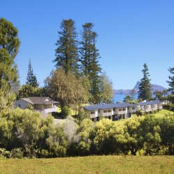 The Crest Apartments - Self-contained apartments with great views of Pacific Ocean located in a pine-studded valley perfect for relaxation.